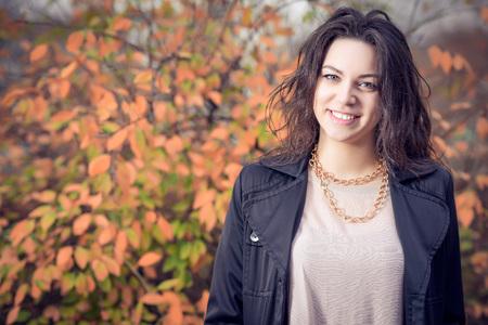 Jong adut meisje portret dragen van zwarte jas in de herfst in het park. Stockfoto - 36650831