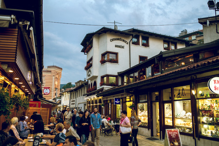 santa cena: SARAJEVO, BOSNIA Y HERZEGOVINA - 30 de junio, 2016: Las personas que tienen la cena iftar en las calles de Sarajevo, Bosnia, durante el mes sagrado musulm�n del Ramad�n. la imagen en tonos. Editorial