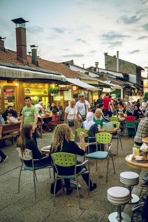 santa cena: SARAJEVO, BOSNIA Y HERZEGOVINA - 30 de junio, 2016: Las personas que tienen la cena iftar en las calles de Sarajevo, Bosnia, durante el mes sagrado musulmán del Ramadán. la imagen en tonos. Editorial