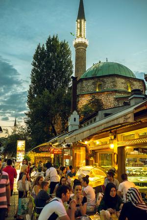 SARAJEVO, BOSNIA Y HERZEGOVINA - 30 de junio, 2016: Las personas que tienen la cena iftar en las calles de Sarajevo, Bosnia, durante el mes sagrado musulmán del Ramadán. la imagen en tonos. Editorial