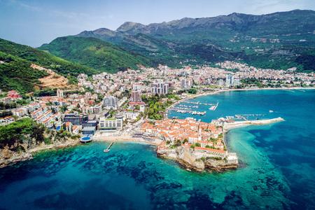 Ciudad vieja en Budva en un hermoso día de verano, Montenegro. Imagen aérea. Vista superior. Foto de archivo - 77674158