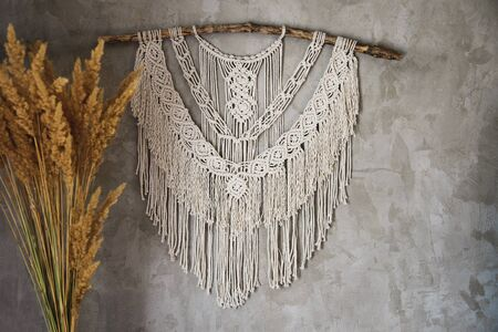 Wandpaneel im Boho-Stil aus Baumwollfäden in Naturfarbe in Makramee-Technik für Wohn- und Hochzeitsdekoration. Schöne Boho Makramee-Wandpaneele verleihen jedem Raum in Ihrem Zuhause eine gemütliche Atmosphäre und Charme