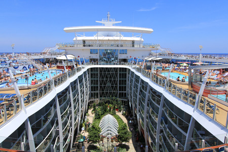 FORT LAUDERDALE, USA, MAY 11 Royal Caribbean, Oasis of the Seas sailing from Fort Lauderdale, USA on May 11 2011 The second largest passenger ship constructed behind sister ship Allure of the Seas Redakční