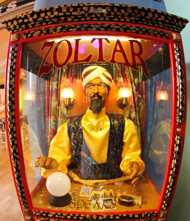 male likeness: Fort Lauderdale, EE.UU., 14 Mayo 2011 Zoltar, es una m�quina de adivinaci�n animatronic popularizado en la d�cada de 1980 Tom Hanks Editorial