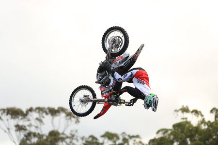 super cross: Gold Coast, Australia - 19 de septiembre 2014: Motorcycle Haciendo Saltar en el aire a Movieworld cerca de Southport en la Sunshine Coast de Australia Editorial