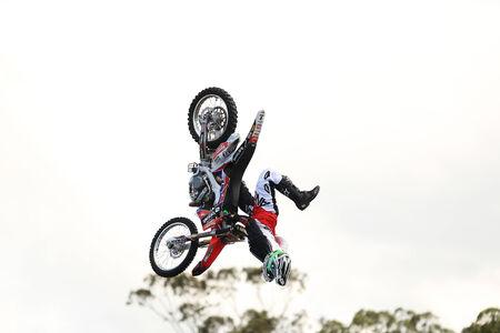 super cross: Gold Coast, Australia - 19 de septiembre 2014: Motorcycle Haciendo Saltar en el aire a Movieworld cerca de Southport en la Sunshine Coast de Australia Editorial