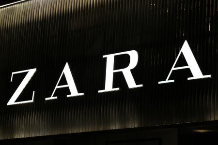 synoniem: Sydney, Australië - 13 september 2014: Zara lichtbak 's nachts in CBD winkelgebied van Sydney, een gebied synoniem met luxe winkels merken.