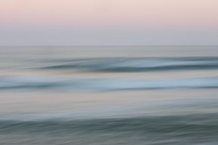 olas de mar: La salida del sol del oc�ano de fondo con el cielo de fondo con el movimiento paneo borrosa causando sensaci�n suave Foto de archivo