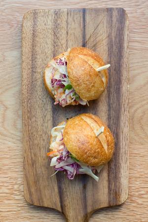 alimentos y bebidas: deslizadores de hamburguesas con el camar�n en una tabla de madera de corte r�stico