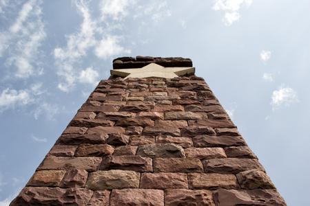 pentacle: Monumento di pietra solido con pentacolo sulla parte superiore.