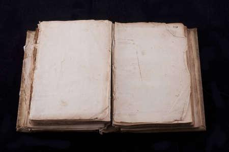 libro antico, quasi 300 anni, aperto su due fogli vuoti isolati su nero