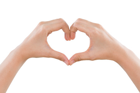 haciendo el amor: Mujeres manos haciendo una forma de corazón aislado en el fondo blanco