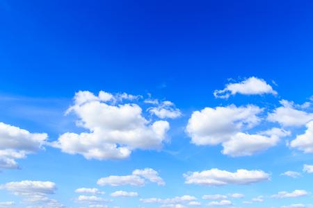 Blauwe hemelachtergrond en witte wolken in zonnige dag Stockfoto