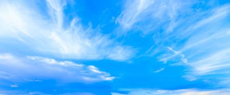 Blauer Himmel der Panoramaphantasie und bewölkter Wolkenhintergrund im Sommer