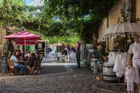 saint emilion: Square with cafes and shops in Saint Emilion, France