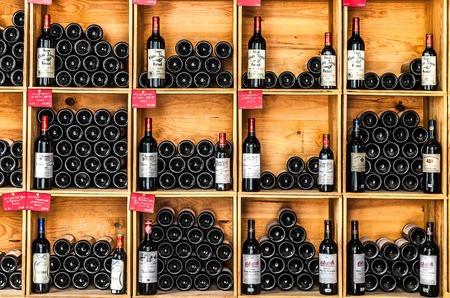 Flessen wijn in de winkel van Saint Emilion, Frankrijk