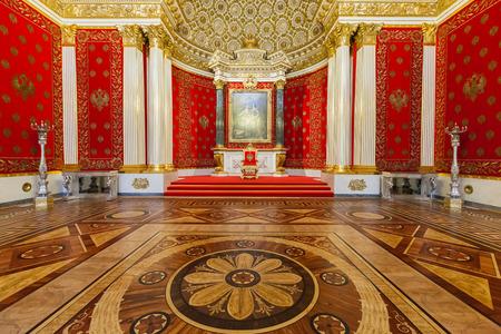 trono: SAN PETERSBURGO, Rusia - 04 de abril 2015: Interior del Estado Hermitage (Palacio de Invierno), Pequeño Salón del Trono. Hermitage es uno de los más grandes y antiguos museos de arte y cultura en el mundo