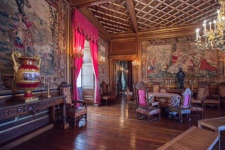 PAU, FRANCE - SEPTEMBER 02, 2012: Interior of Pau Castle. King Henry IV of France and Navarre was born here on December 13, 1553 新聞圖片