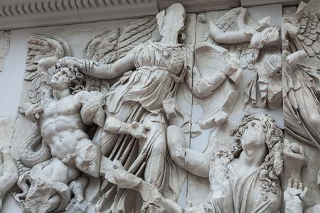 friso: BERL�N, ALEMANIA - 06 de marzo 2013: Detalle del friso del altar de P�rgamo, en el Museo de P�rgamo. Altar fue construido en el siglo segundo en la antigua ciudad griega de P�rgamo en Asia Menor Editorial