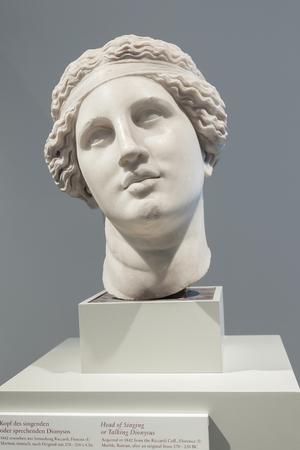 escultura romana: BERL�N, ALEMANIA - 04 de marzo de 2013: Escultura de m�rmol romana en Altes Museum - Jefe de canto o Hablar Dionisio. Junto con otros museos en Isla de los Museos, Altes Museum se design� a la UNESCO en 1999