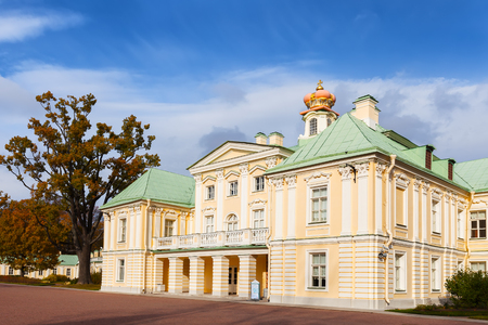 Russian palace: San Petersburgo, Rusia 17 de DE OCTUBRE DE, 2015: Gran Palacio Menshikov al sur en 1710 -1727 en Oranienbaum. Oranienbaum es una residencia real rusa Editorial