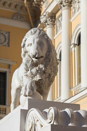 palacio ruso: Escultura de león cerca del Museo Mijailovski Palacio de Rusia. Museo es el mayor depósito de obras de arte ruso en San Petersburgo, establecida en 1895