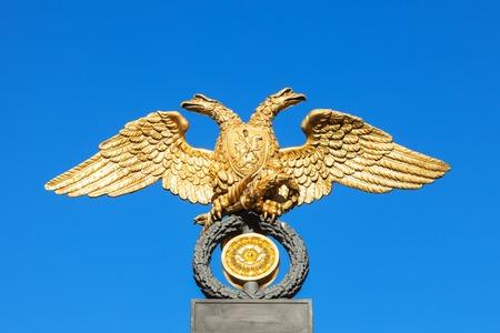 palacio ruso: águila de oro en la parrilla de Rusia Museo Mijailovski Palacio. Museo es el mayor depósito de obras de arte ruso en San Petersburgo, establecida en 1895 Editorial