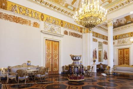 palacio ruso: ST. PETERSBURGO, Rusia - 11 de abril, 2016: La sala de columnas blancas en el museo ruso del estado, antiguo Palacio Mijailovski. El museo es el mayor depósito de obras de arte ruso en San Petersburgo Editorial