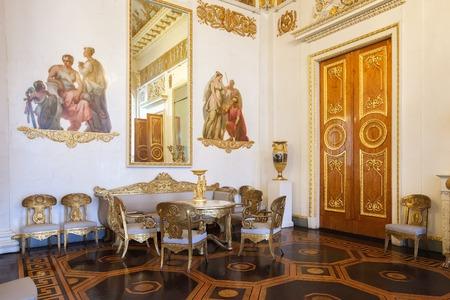 Russian palace: San Petersburgo, Rusia - 11 de abril, 2016: La sala de columnas blancas en el museo ruso del estado, antiguo Palacio Mijailovski. El museo es el mayor dep�sito de obras de arte de Rusia en San Petersburgo.