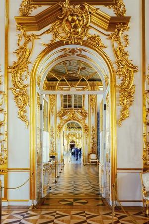 SAINT PETERSBURG, RUSSLAND - 17. MÄRZ 2016: Enfilade der Räume des Katharinenpalastes in Zarskoje Selo (Puschkin). Es war Sommerresidenz der russischen Zaren, jetzt ist es ein berühmtes Museum Standard-Bild - 55474149