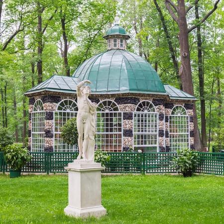 SAINT PETERSBURG, PETERHOF, RUSSIE - 2 juin 2016: Aviary Pavillon dans les jardins inférieurs de Peterhof (près de Saint-Pétersbourg). Les fontaines de Peterhof sont l'un des plus célèbres attractions touristiques de la Russie Éditoriale
