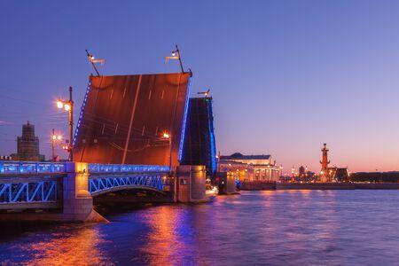 Inaugurado el puente palacio, puente levadizo, noches blancas de San Petersburgo, vista de la escupida de la isla Vasilyevsky