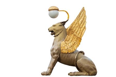 leon alado: león alado es una de las cuatro estatuas, que se encuentra en el puente de Banco de San Petersburgo. Creado en 1825. Aislado en blanco Foto de archivo