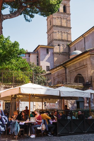 Rome, Italy – March 27, 2018: Outdoor cafe in the center of Rome 新聞圖片