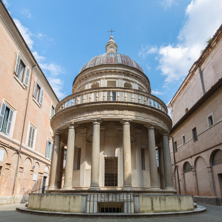 The Tempietto built by Donato Bramante within a narrow courtyard of San Pietro in Montorio. It is a masterpiece of High Renaissance Italian architecture. Stok Fotoğraf