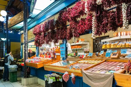 Budapest, Hungary - March 08, 2019:  Overview of the Great Market Hall inside, it is Central Market Hall   -  the largest and oldest indoor market in Budapest Standard-Bild - 137610296