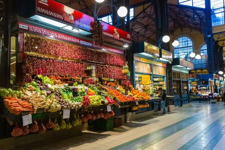 Budapest, Hungary - March 08, 2019:  Overview of the Great Market Hall inside, it is Central Market Hall   -  the largest and oldest indoor market in Budapest Standard-Bild - 137610297