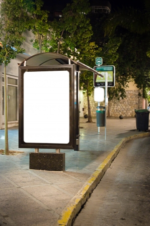 bus stop: Cartelera en blanco en la parada de autob�s en la noche
