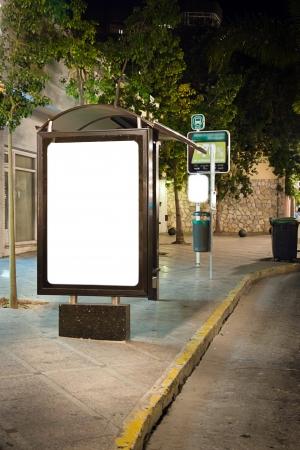 fermata bus: Cartellone bianco su fermata bus di notte