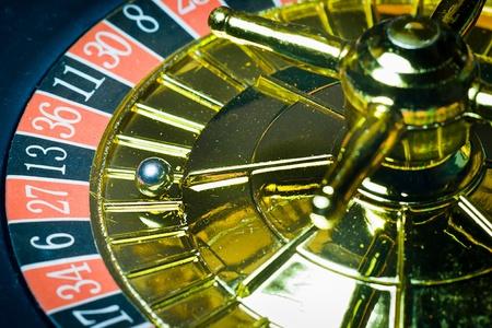 ruleta de casino: Macro foto de la ruleta de oro