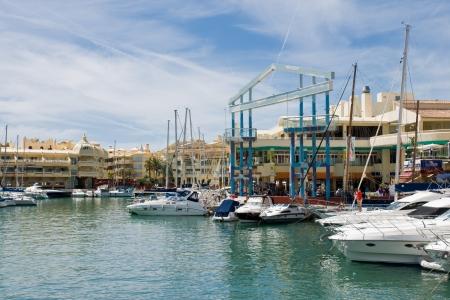 literas: BENALMADENA, ESPA?A - 09 de abril: Una vista del Puerto Marina el 09 de abril de 2012 en Benalmadena, M?laga, Espa?a. Esta marina tiene amarres para barcos 1100. Fue inaugurado en 1987.