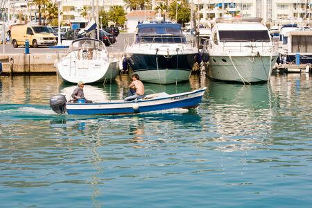 literas: BENALMADENA, ESPAÑA - 09 de abril: Una vista del Puerto Marina el 09 de abril de 2012 en Benalmadena, Málaga, España. Esta marina tiene amarres para barcos 1100. Fue inaugurado en 1987.