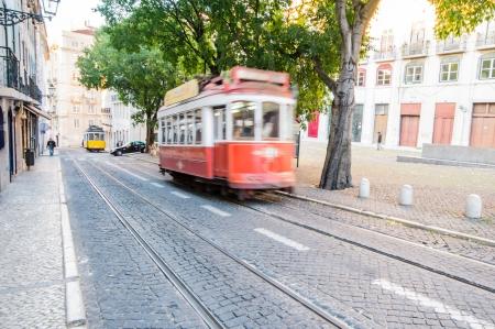 operates: LISBOA, PORTUGAL - 28 novembre: tradizionale giallo tram  funicolare il 28 novembre 2013 a Lisbona, Portogallo. Carris � una societ� di trasporto pubblico gestisce gli autobus di Lisbona, tram e funicolari.
