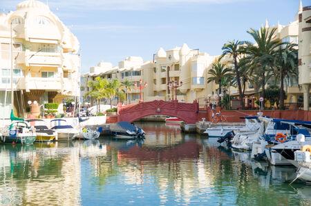 kojen: Benalmadena, Spanien - 25. Mai: Ein Blick auf Puerto Marina am 25. Mai 2014 in Benalmadena, Malaga, Spanien. Dieser Seehafen besitzt Liegepl�tze f�r 1100 Boote. Es wurde am 1987 er�ffnet.