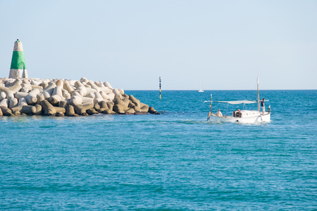 literas: BENALMADENA, ESPA�A - 25 de mayo: Una vista de Puerto Marina el 25 de mayo de 2014 en Benalmadena, M�laga, Espa�a. Esta marina tiene amarres para barcos 1100. Fue inaugurado en 1987.
