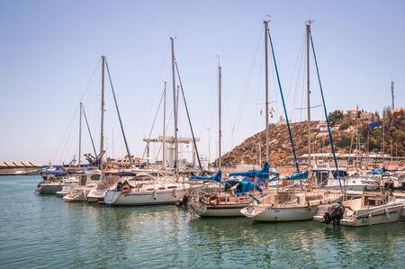 literas: MAZARRON, ESPAÑA - 12 de julio: Una vista del puerto de Mazarrón el 12 de julio de 2014 en Puerto de Mazarron, Murcia, España. Este puerto náutico tiene amarres para 200 embarcaciones. Editorial