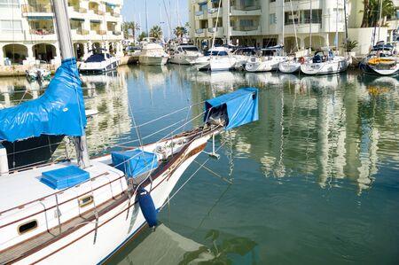 literas: BENALMADENA, ESPAÑA - 25 de mayo: Una vista de Puerto Marina el 25 de mayo de 2014 en Benalmadena, Málaga, España. Esta marina tiene amarres para barcos 1100. Fue inaugurado en 1987.