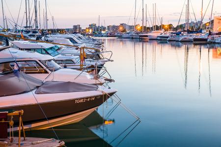 literas: L'Estartit, ESPA�A - 22 de julio: Una vista del puerto de L'Estartit, en 12 de julio 2014 L'Estartit, Girona, Catalu�a Espa�a. Este puerto n�utico tiene amarres para 300 embarcaciones.