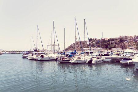 kojen: MAZARRON, Spanien - 12. Juli: Ein Blick auf Mazarron Hafen am 12. Juli 2014 in Puerto de Mazarron, Murcia, Spanien. Das nautische Hafen hat Liegepl�tze f�r 200 Boote.