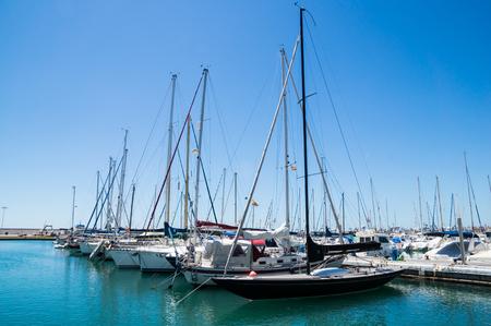 kojen: Torre del Mar, Spanien - 26. April: Ein Blick in Torre del Mar am 26. April 2014 in Torre del Mar, Malaga, Spanien. Diese nautial Hafen hat 200 Liegepl�tze f�r Boote.